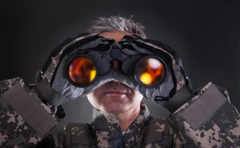 Soldat mit Fernglass in nächtlicher Angriffsposition