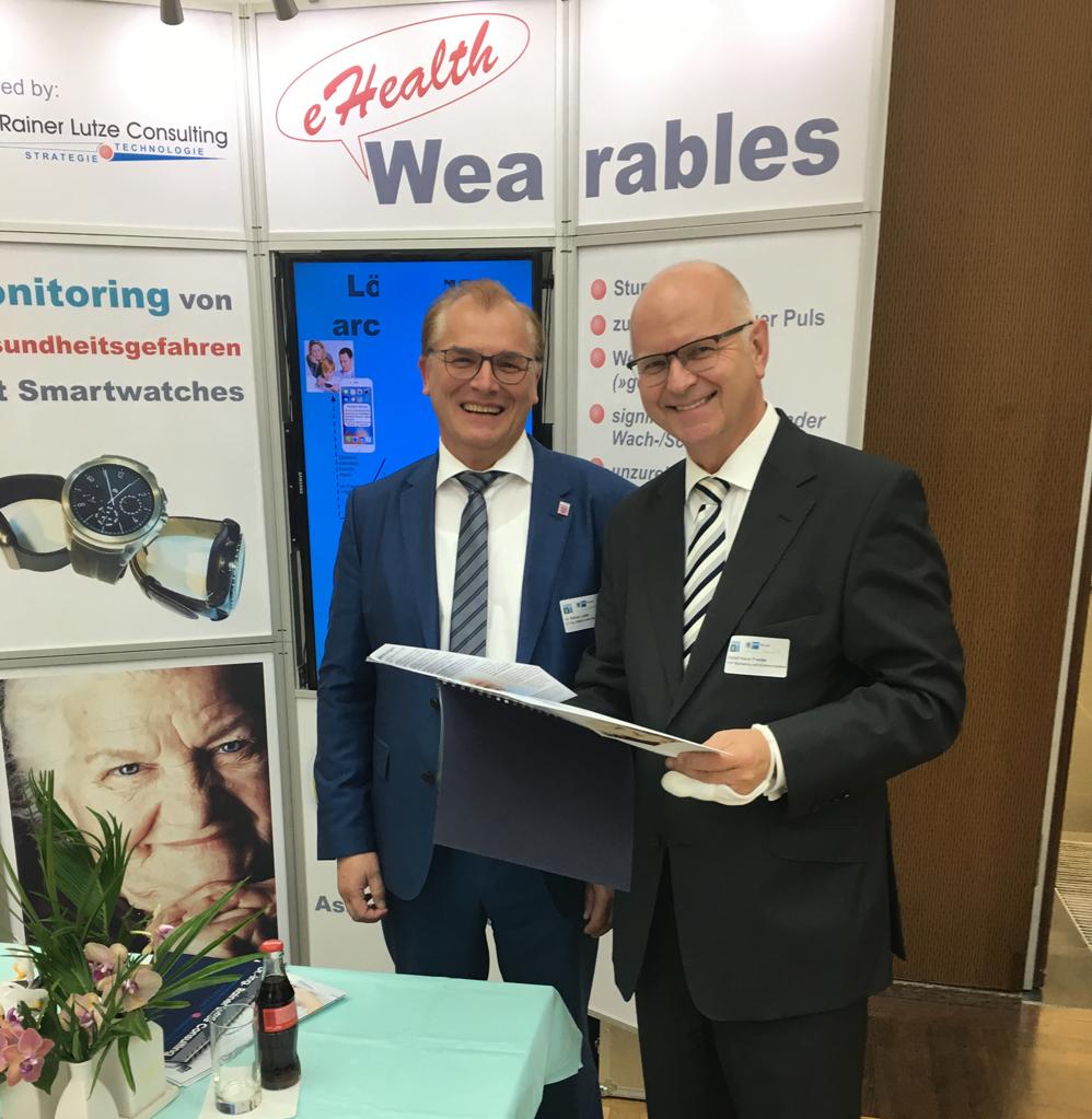 Dr.-Ing. Rainer Lutze und Detlef Hans Franke, geschäftsführendes Vorstandsmitglied der gesundheitseirtschaft rein-main e.v. vor unserem Ausstellungsstand auf dem 3. eHealth Kongress 2016 in Frankfurt, 4.10.2016