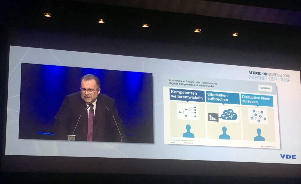 Siemens Technikvorstand Prof. Dr. Siegfried Russwurm bei seinem Referat anläßlich des VDE Kongress 2016 - Internet der Dinge