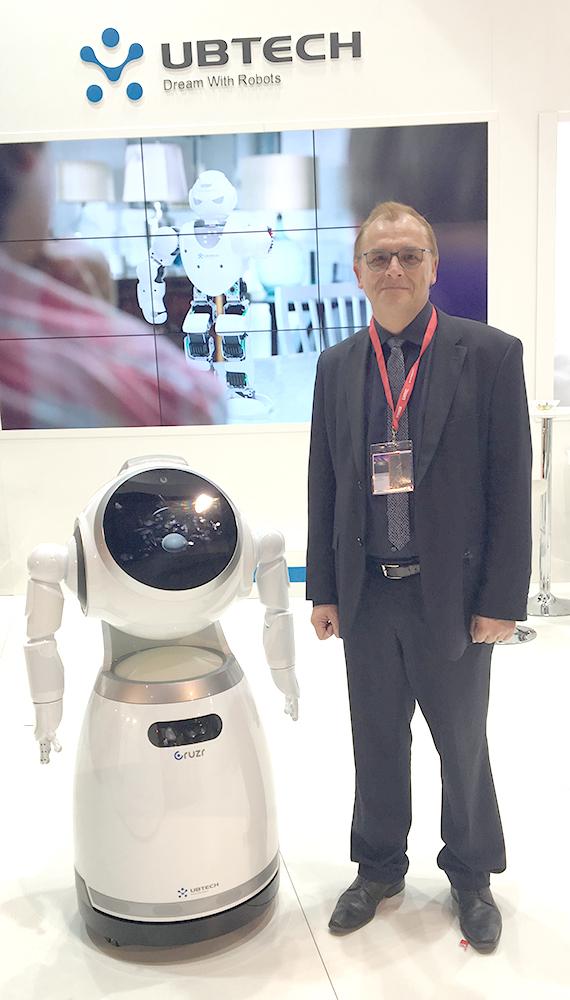 Dr.-Ing. Rainer Lutze und der Ubtech CRUZR Roboter, IFA 2017