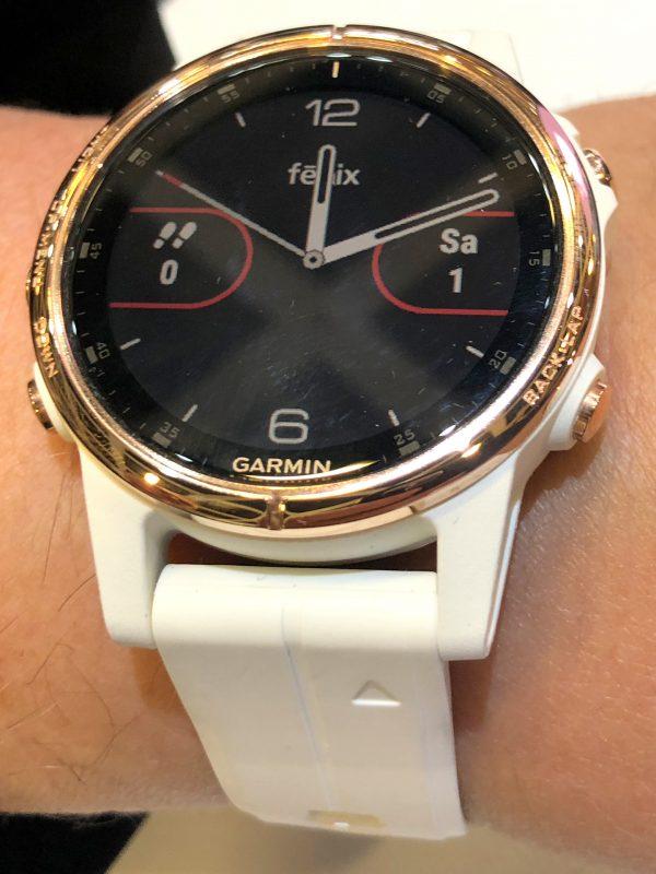 Frontansicht der Garmin Fenix(TM) 5S Plus Smartwatch