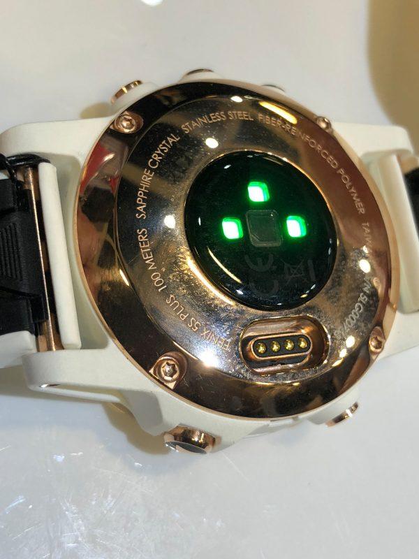 Rückseite der Garmin Fenix(TM) 5S Plus Smartwatch mit Ladekontakten